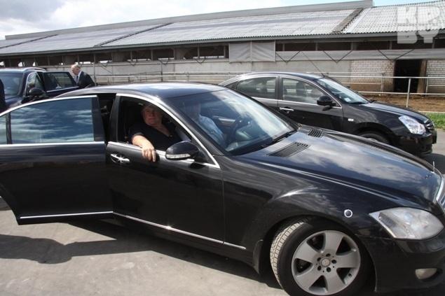 Жирар Депардье уехал из Слободы на черном мерседесе. Фото: Леонид ПОЗНЯК