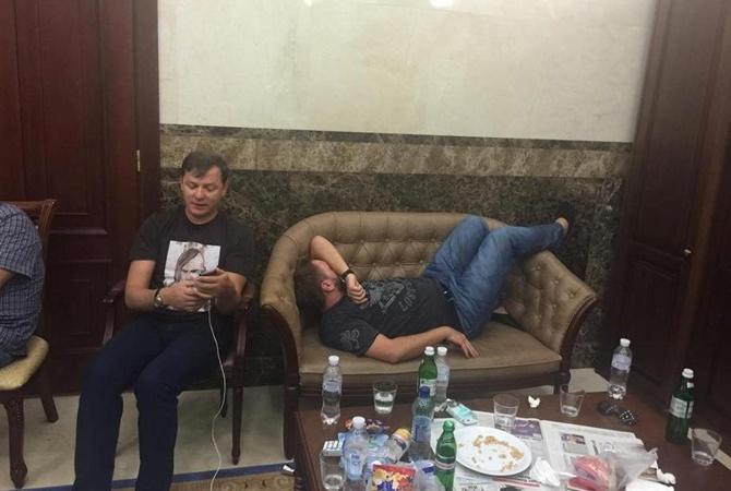 Ляшко отмечал день рождения в приемной Шокина. Однако, гепрокурор к ужину не присоединился.