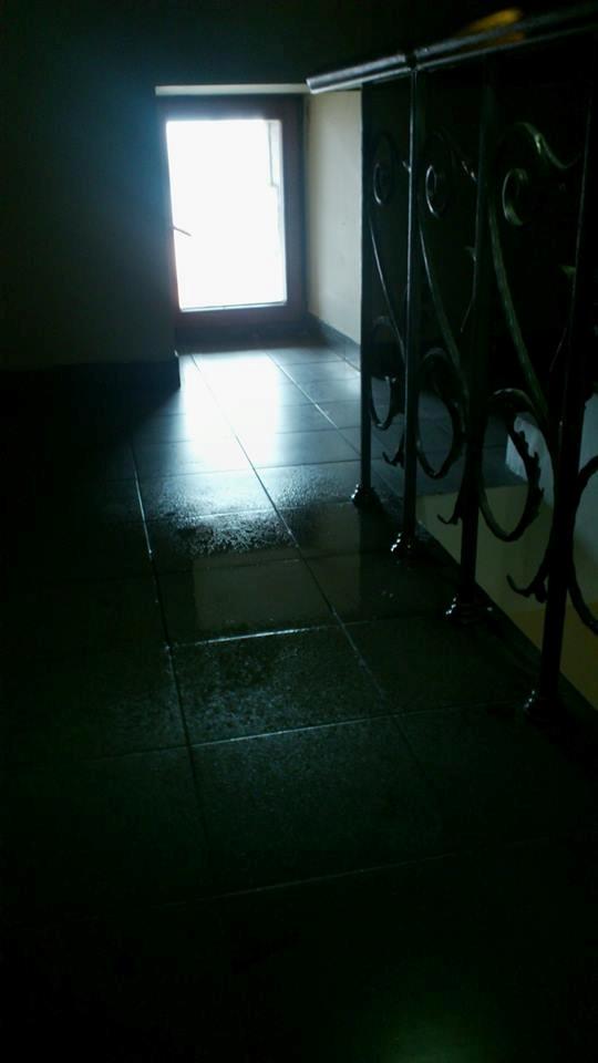 Киевсовет дал течь – на полу уже образовались лужи. Фото: https://www.facebook.com/olexandr.pabat