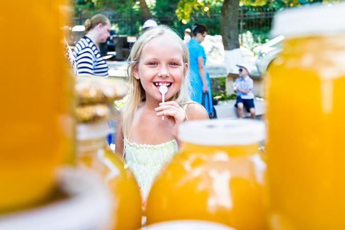 Считалось, что первая ложка меда волшебная. Фото: Максим ЛЮКОВ