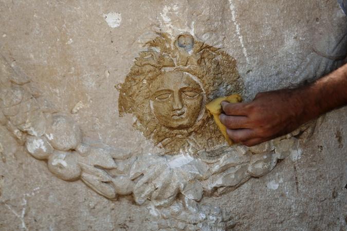 Древний саркофаг с изображением головы Медузы. Фото: REUTERS