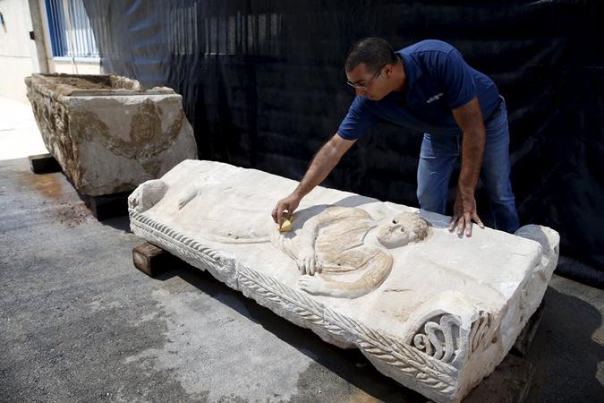 Саркофаг представляет собой двухтонную глыбу известняка длиной 2,5 метра, на которой высечена человеческая фигура. Фото: REUTERS