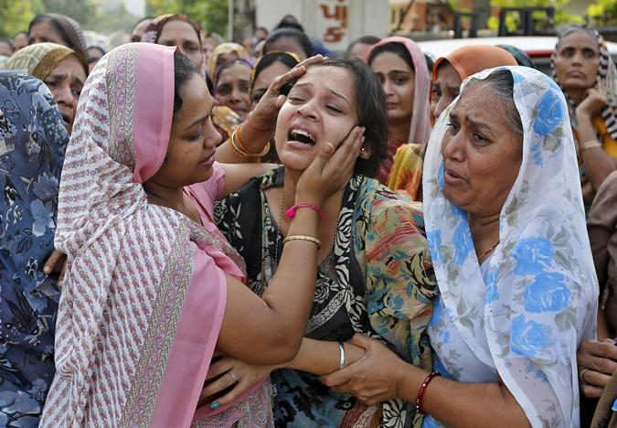 Женщины оплакивают погибших. Фото: REUTERS