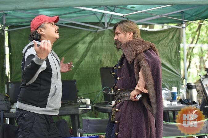 Режиссер Александр Итигилов обсуждает с актером Алексеем Богдановичем очередную сцену.