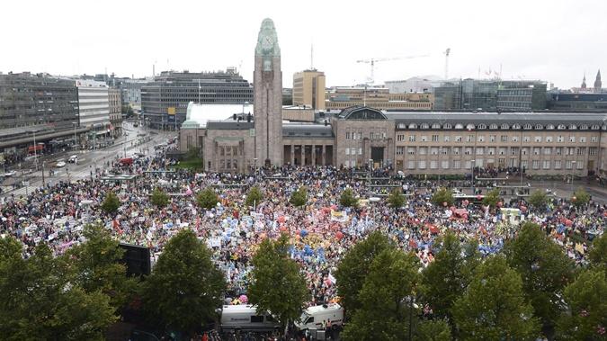 Демонстранты собрались около вокзала в центре Хельсинки.