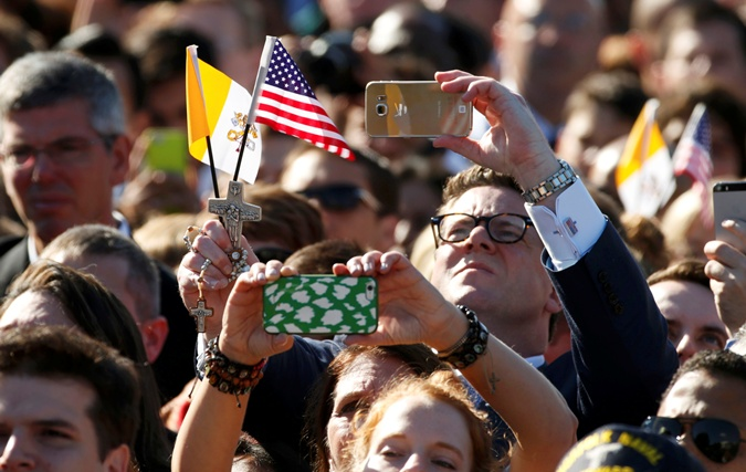 Американцы фотографируют понтифика.