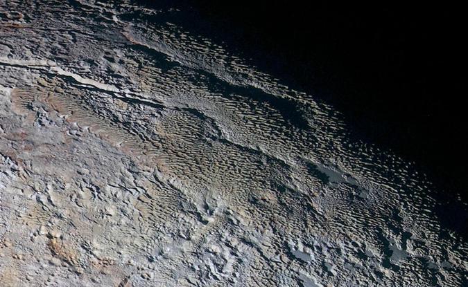 Плутон оказался совсем не гладким и далеко не бледным. Фото: NASA/JHUAPL/SWRI