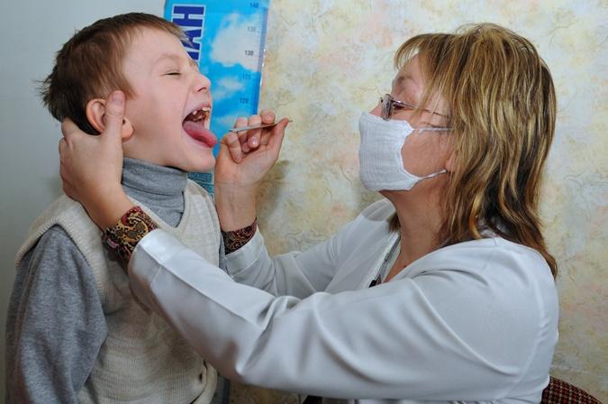 Первое, что должна сделать при простуде у ребенка неопытная мама – проконсультироваться с педиатром. Фото:  Константин Буновский