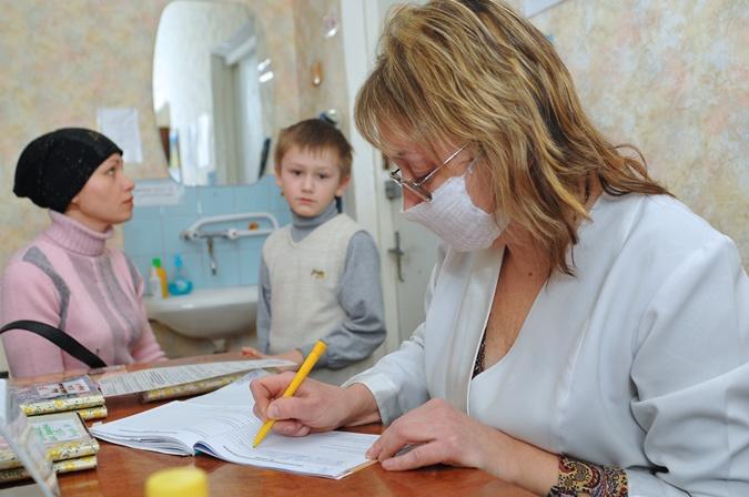 Обычно педиатры (если не наблюдается никаких осложнений) советуют не сбивать температуру при простуде до тех пор, пока она не перешагнула отметку в 38 градусов.  Фото:  Константин Буновский