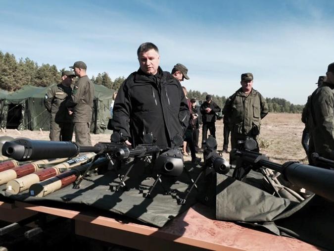 Арсен Аваков демонстрирует американское оружие.