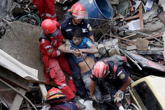 Спасатели достали с под обломков потерпевшего. Фото: REUTERS