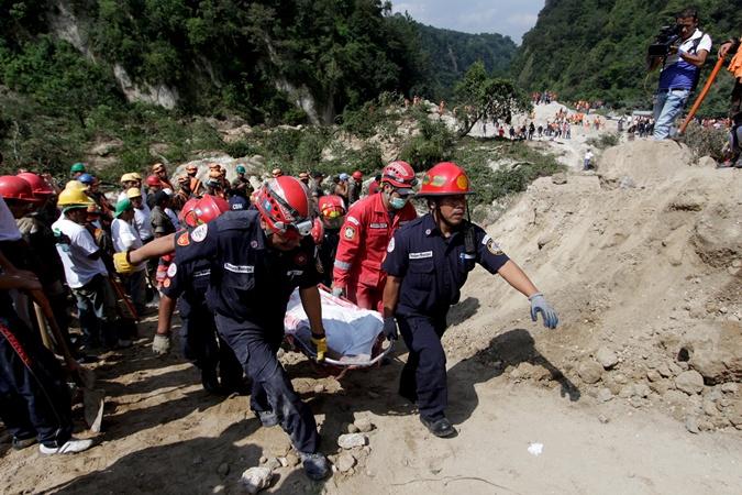 Спасатели говорят, что слышат из-под земли голоса людей, которых накрыло оползнем, передают СМИ. Фото: REUTERS