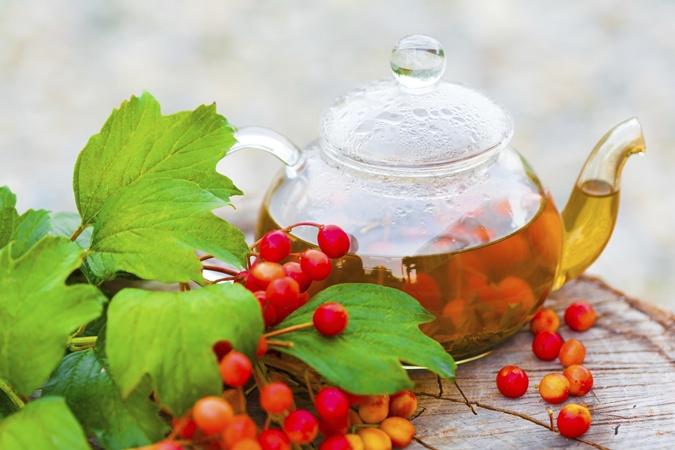 Из сухих цветков липы заварите чай, добавьте в него сухие ягоды и листья малины.