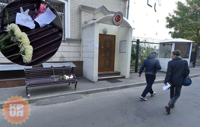 К турецкому посольству в Киеве несут цветы. Фото: Оскар ЯНСОНС