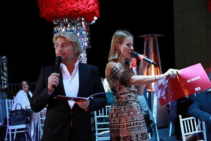 Ведущие вечера - Ксения Собчак и Николай Басков. Фото: nakedheart.org