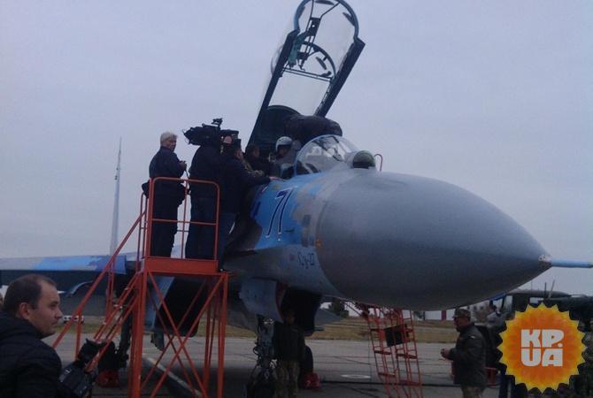 Петр Порошенко сел за штурвал модернизированного СУ-27, в качестве второго пилота.