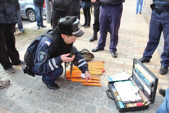 Во время акции у молодых были изъяты предметы: кастеты, ножи, пиротехническая продукцию и балаклавы. Фото: mvs.gov.ua