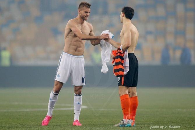 На фото видно, что Ярмоленко и Степаненко обменялись футболками после матча.
