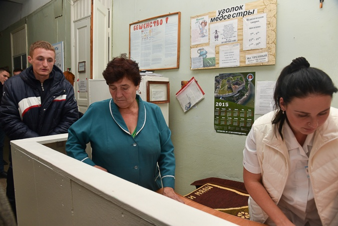 Пострадавших с больницы забирают родные. Фото: автор