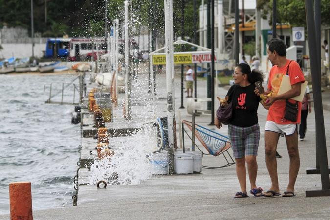 Волны ударяются об берег в Акапулько. Фото: REUTERS