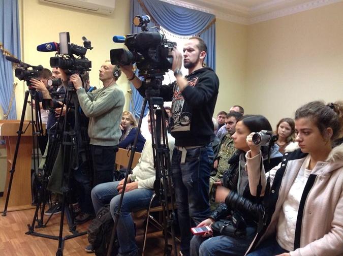 Журналисты пришли, но заседание перенесли.