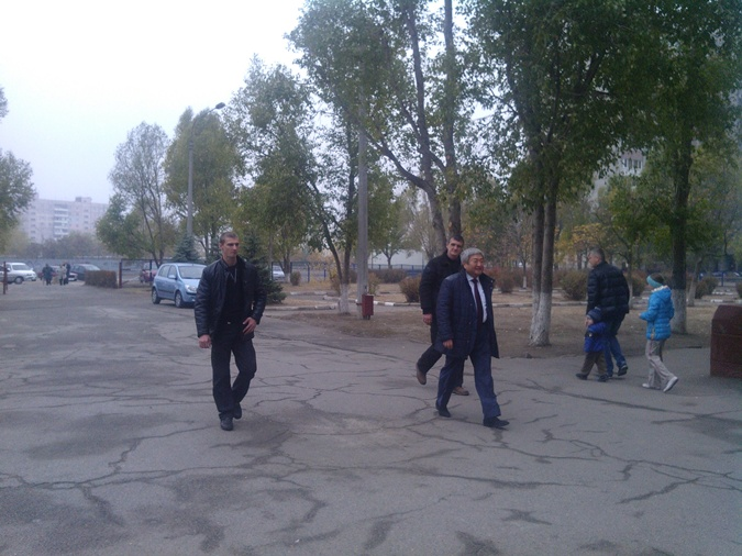 Мэр Запорожья Александр Син пришел на участок с охраной.Фото: Марина Лучер.