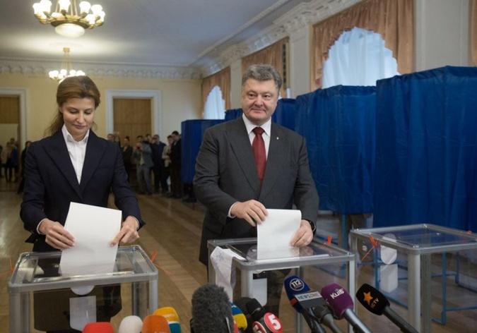 Президент Петр Порошенко пришел на избирательный участок с супругой Мариной. Фото: twitter.com/poroshenko