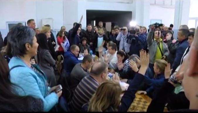 Избирательная комиссия на участке в Мариуполе. Фото: Скриншот