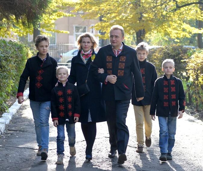Мэр Львова голосовал на избирательном участке недалеко от центра города. Фото: facebook.com/andriy.sadovyi