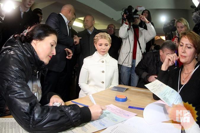 Тимошенко вдень голосования ставку сделала на белоснежный наряд.