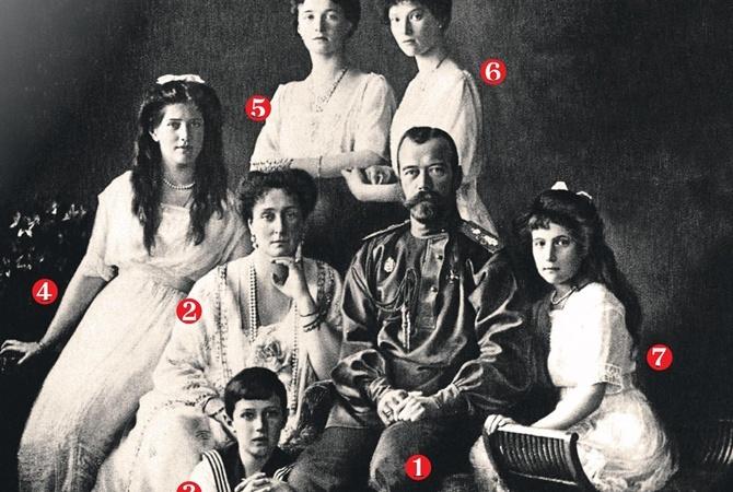 Николай II 1, его супруга Александра Федоровна 2, их дочери Ольга 5, Татьяна 6, Анастасия 7, а также четыре человека из царской свиты были перезахоронены в 1998 году в Петропавловском соборе Санкт-Петербурга