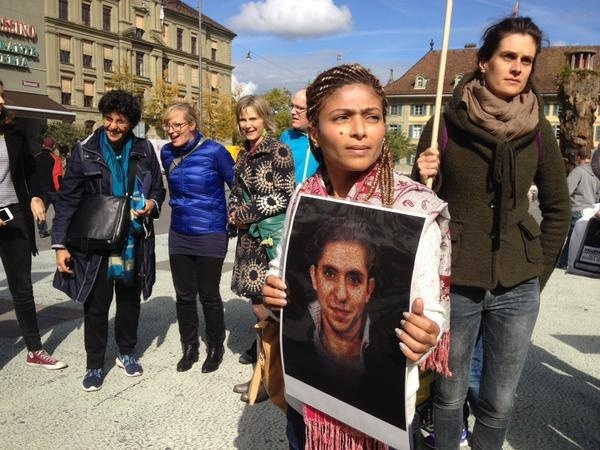 Акции в поддержку Бадави проходят во всем мире. На фото жена журналиста.