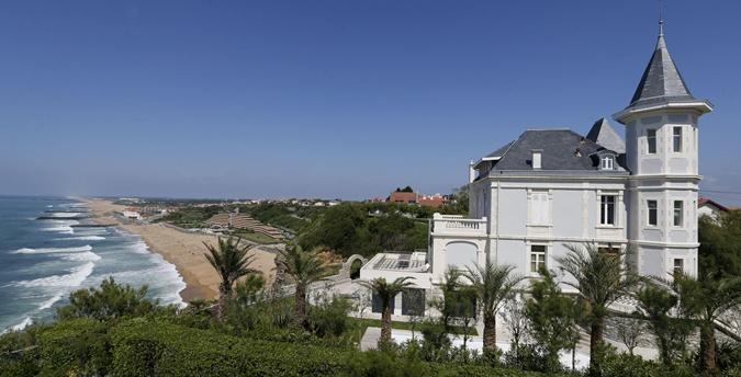 Журналисты предполагают, что Тихоновой и Шаламову принадлежит вилла на побережье во французском Биаррице стоимостью 3,7 миллиона долларов.