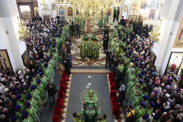 Начало литургии в Свято-Покровском соборе.