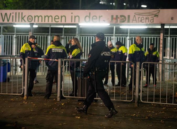 Полицейские окружили стадион и никого не пускают. Фото: REUTERS