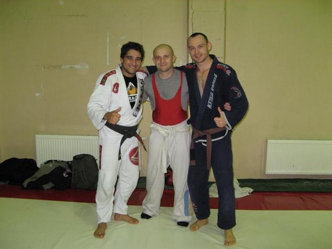 Александр Кравчук (в центре) занимается боевыми искусствами.