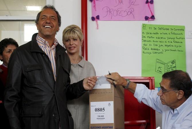 Даниэль Сциоли с женой на участке во время первого тура выборов.