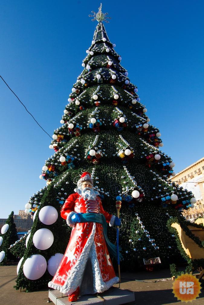 Главные елки харькова: на вокзале - живая с обезьяной, а на площади свободы - старая с новой звездой