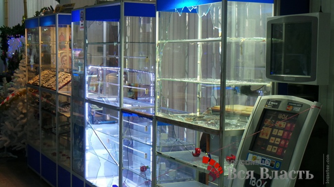 Вместо драгоценностей теперь в магазине только битые стекла.