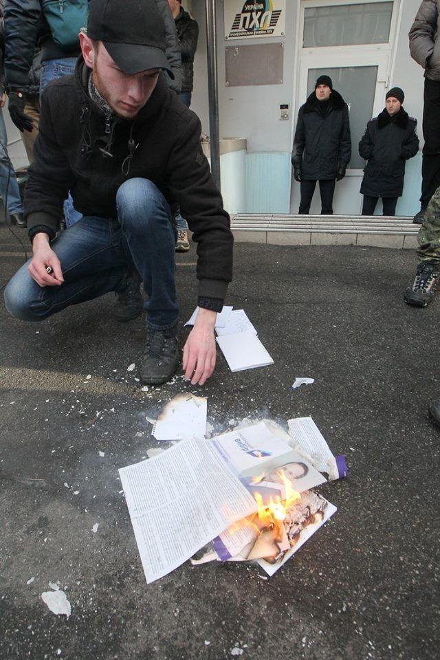 Один из членов С14 Сергей Бондарь сжег листовки