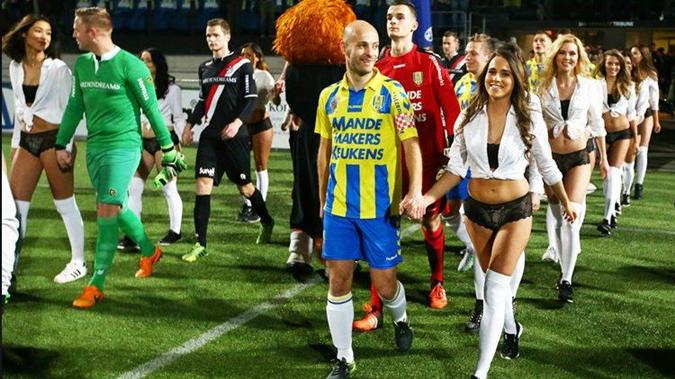 Футболисты геи занимаются сексом на футбольном поле фото 190-954
