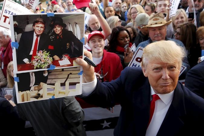 Трамп показывает снимок с Джекмоном.