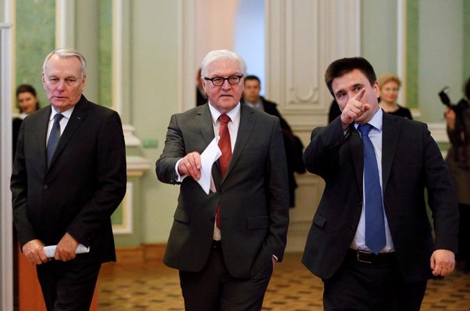 Штайнмайер (в центре) назвал политическую ситуацию в Украине бурей.