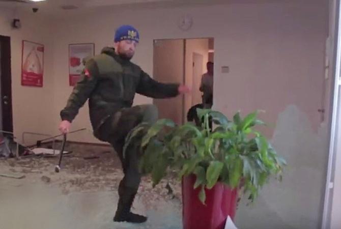 Парфенков на видео погрома Альфа-банка.