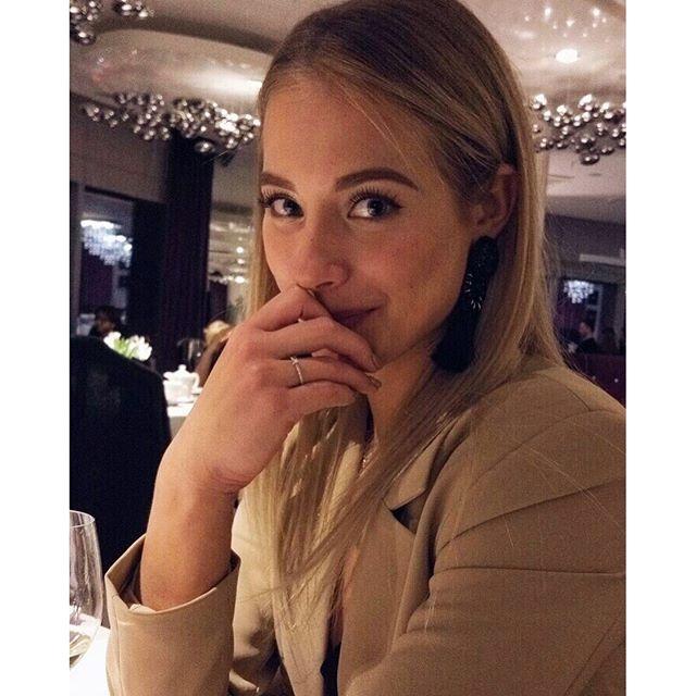 Катерина показала колечко. Фото: Instagram