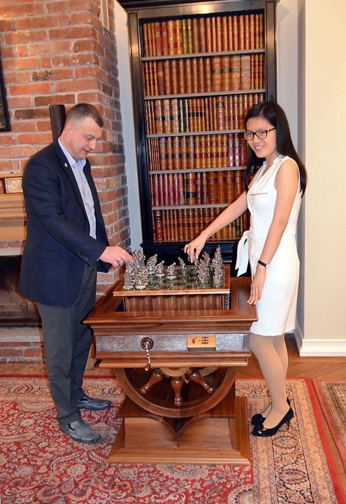 Соперница львовянки, китаянка Хоу Ифань сделала несколько ходов драгоценными шахматами.