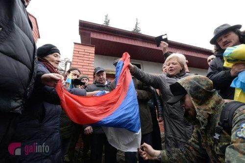 На акции в поддержку Савченко во Львове сожгли российский флаг.