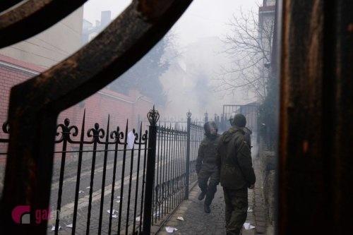 Один из протестующих кинул на территорию консульства дымовую шашку.
