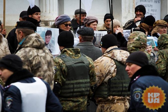 Сегодня Генконсульство России усиленно охраняют от провокаций.