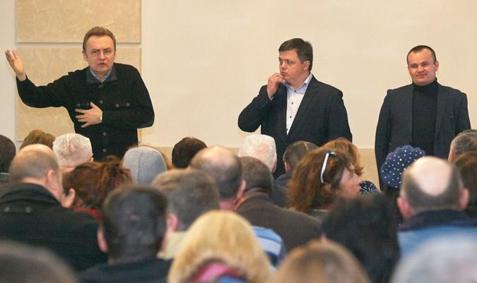 Юрий Милобог (на фото справа) в последний момент отказался принимать участие в повторных выборах. Его место занял Семен Семенченко.